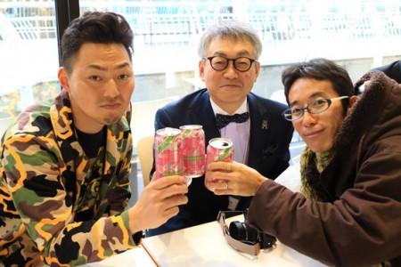 二階の入り口で桜ジュースで斎藤巧一郎さん、小澤太一ちゃんと宴会。30秒に一人、知り合いが通る出会いの場に。