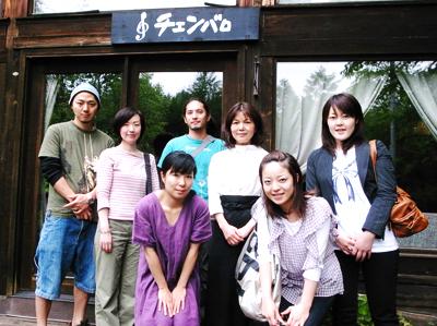 チェンバロ前にて(右から3番目が神倉恵子さん)